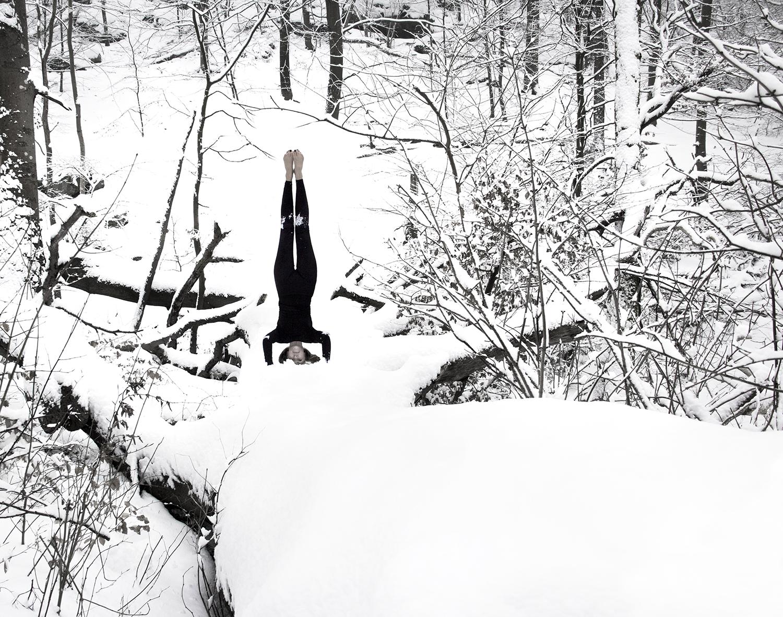 vagnelind-photographer-kalla-bad-black-headstand-in.snow